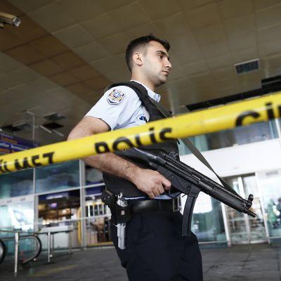 Turkkilainen aseistettu poliisi vartioi Atatürkin lentokentällä keskiviikkona 29. kesäkuuta.