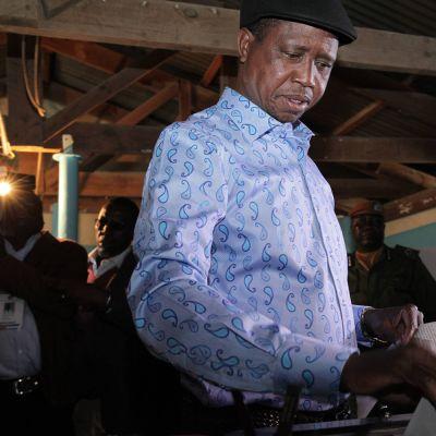Sambian istuva presidentti Edgar Lungu äänestämässä.