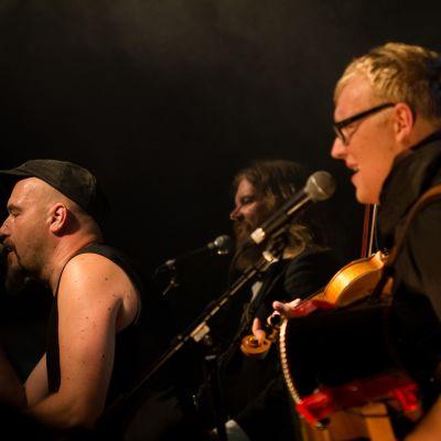Kuvassa pirulainen -yhtye esiintymässä Lapuan vanhana Paukun festivaalille 2014.