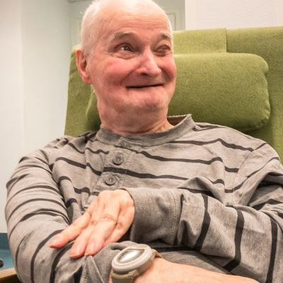Pauli ranneke kädessä, vanhusranneke. Vanhustenhoito. Vanhukset