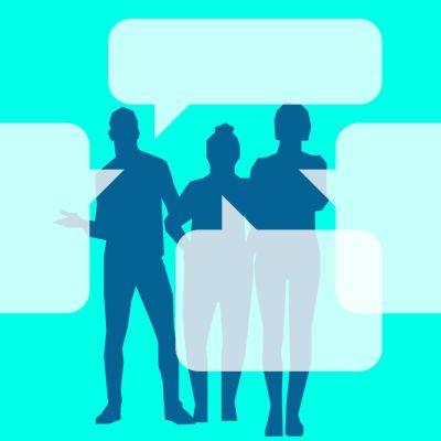 kolme keskustelevaa hahmoa