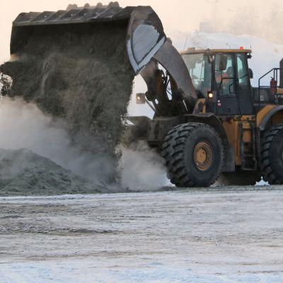 Kauhakuormaaja sekottaa masuunikuonasta valmistettuja erilaisia maa-aineksia Raahessa SSAB Meroxin alueella.