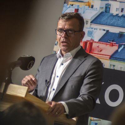 Kokoomuksen puheenjohtaja Petteri Orpo antamassa linjapuhetta puoluejohdon kokouksessa 18.8.