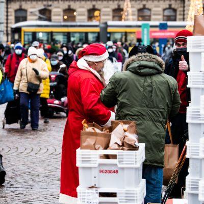 Hurstinapu jakoi joulun ruokakasseja Helsingin Rautatientorilla.