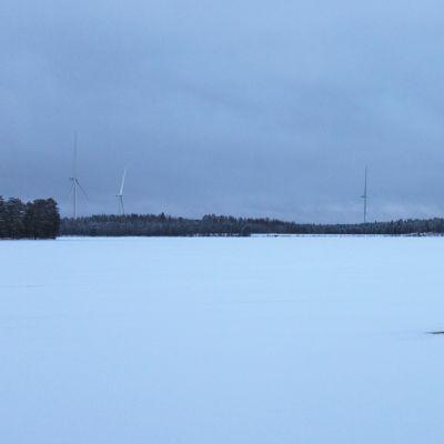 Havainnekuvassa suunniteltua tuulipuistoa Parkanon Iso Madesjärven länsirannalta katsottuna.