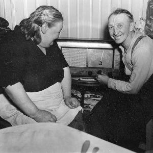 ett gammlat par lyssnar på radio