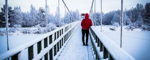 Flicka på snötyngd bro