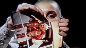 Sinéad O'Conner river en bild av påven i stycken