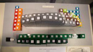 Det periodiska systemet byggt i en 3d version i lego.