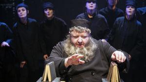 Kaj Takolander i rollen som rabbinen Azriel