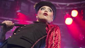 Lidia Bäck som cirkusdirektör