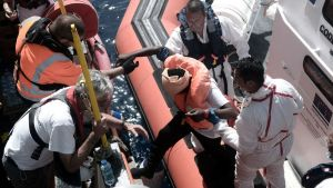 Människor räddas från en gummiflotte till räddningsfartyget Aquarius