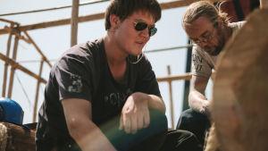Heikki Niskanen ja Bernard rakentamassa.