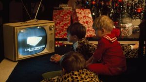 Barn tittar på Apollo 8-sändningen på TV.