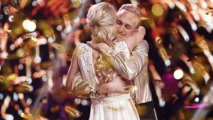 Christoffer Strandberg kramar kvinna på tv.