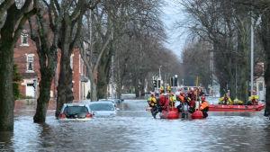 Militären har räddat många undan vattenmassorna.