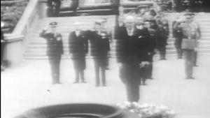 Bild på Urho Kekkonen som står i mitten