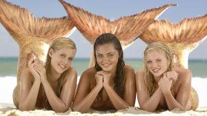 Nuortensarja H20. Kuvassa Merenneidot Emma (Claire Holt, vas.), Cleo (Phoebe Tonkin, kesk.) ja Rikki (Cariba Heine, oik.)