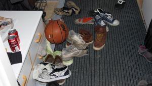 Koripallo ja kenkiä sekaisin lattialla