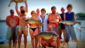 Venäläisiä ihmisiä kalastamassa lomalla