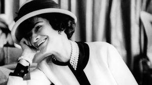 Coco Chanel lutar mot sin hand.