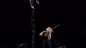 Mirka Malmi, viulu ja Ilona Jäntti, ilma-akrobatia