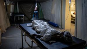 En patient som vårdas på tältsjukhuset i Mocka, Jemen.