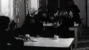 Barn i en matsal