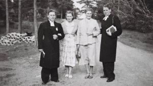 Rektor Bror Borgar, fru Greta, rektor Thure Eriksson och hans fru Gunvor utanför Församlingshemmet, Houtskärs Kyrkliga Folkhögskola.