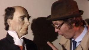 Holger Spår talar med en vaxdocka