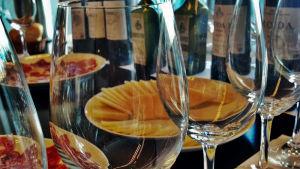 Tapaksia, viiniä ja laseja