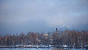Forcits fabrik i Hangö sedd på avstånd, vinterlandskap.