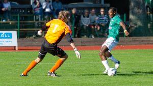 EIF:s Mamadou Konate utmanar LPS-målvakt Niko Ruuth.