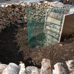Nyckelhålsträdgård av björkved till hälften fylld