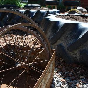 Cykelhjul och traktordäck.