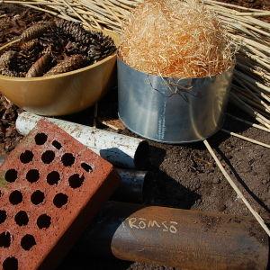 kottar, träull, tegelstenar