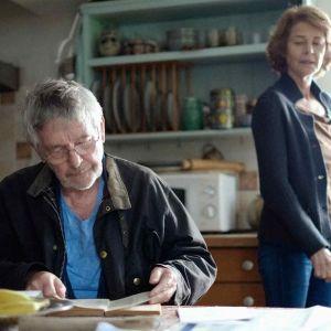 Charlotte Rampling och Sir Tom Courtenay poserar i köket i filmen 45 years