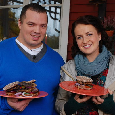 Fredrik och Anne med smaskiga hamburgare