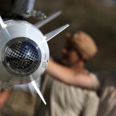 Rysk militär förbereder ett stridsflygplan vid en flygbas utanför staden Latika i Syrien.
