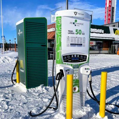 Sähköautojen latauspisteitä Oulun Kaakkurissa
