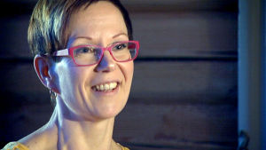 Kati Jylhä hymyilee lähikuvassa.