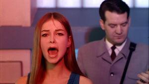 Kristina Hautala laulaa Kielletyt käskyt elokuvassa Mustaa valkoisella.