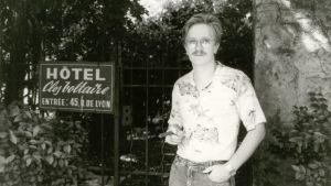 Kari Enqvist hotellikyltin vieressä Lyonissa.