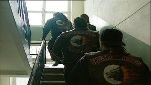 Night Wolves jengin jäseniä rappukäytävässä