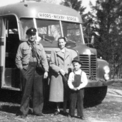 Paul, Ragnhild och Jan-Henrik Andersson framför Runar Kjällmans buss år 1952