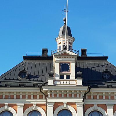Kuopion kaupungintalon kello on huollossa.
