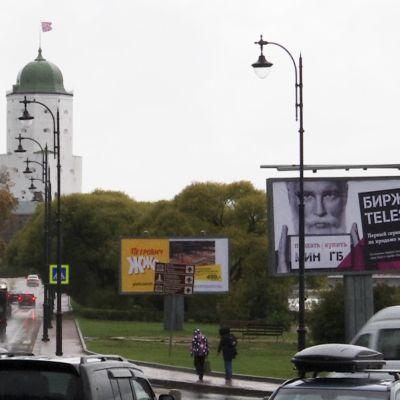 Viipurin liikennettä ja Viipurin linnan torni 1.10.2019.