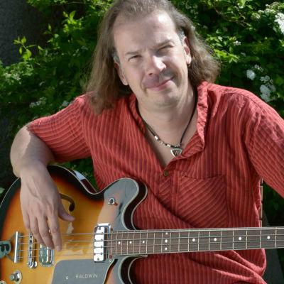 Robert Hagnäs med basgitarr i famnen