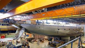 En jättelik segelbåt på varvet i Bosund.