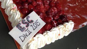 Fotbollslaget ESC bjöd på tårta i Ekenäs inför avancemang till division 2
